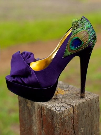 נעלי עקב עם נוצות טווס