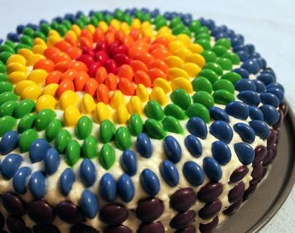 עוגה בצבעי הקשת עם סוכריות עדשים